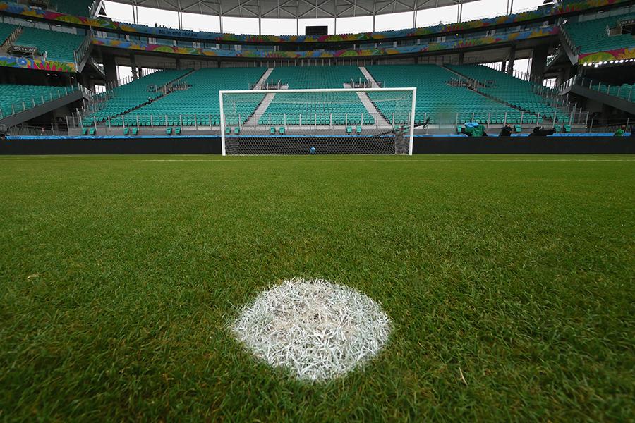 海外女子サッカーで圧巻の宙返りスローから得点を演出するスーパープレーが披露された