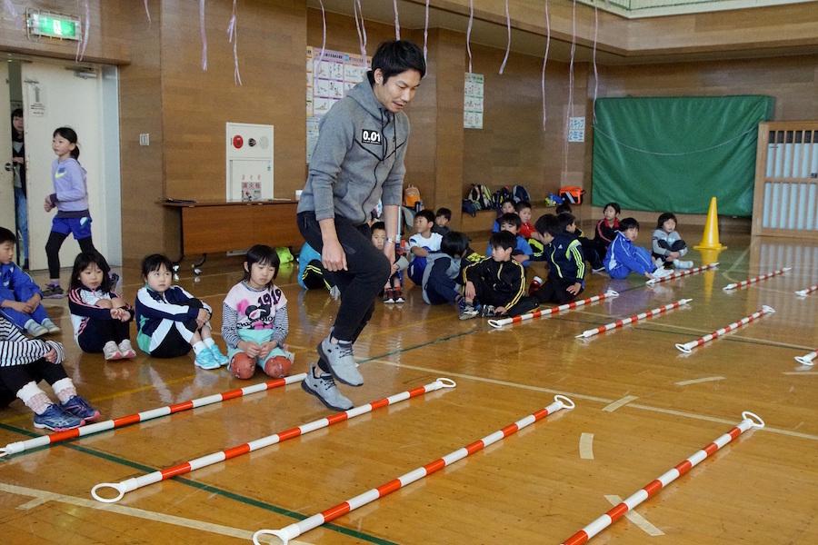 伊藤友広氏が高浜小で行われた「東北『夢』応援プログラム」に出演【写真:村上正広】