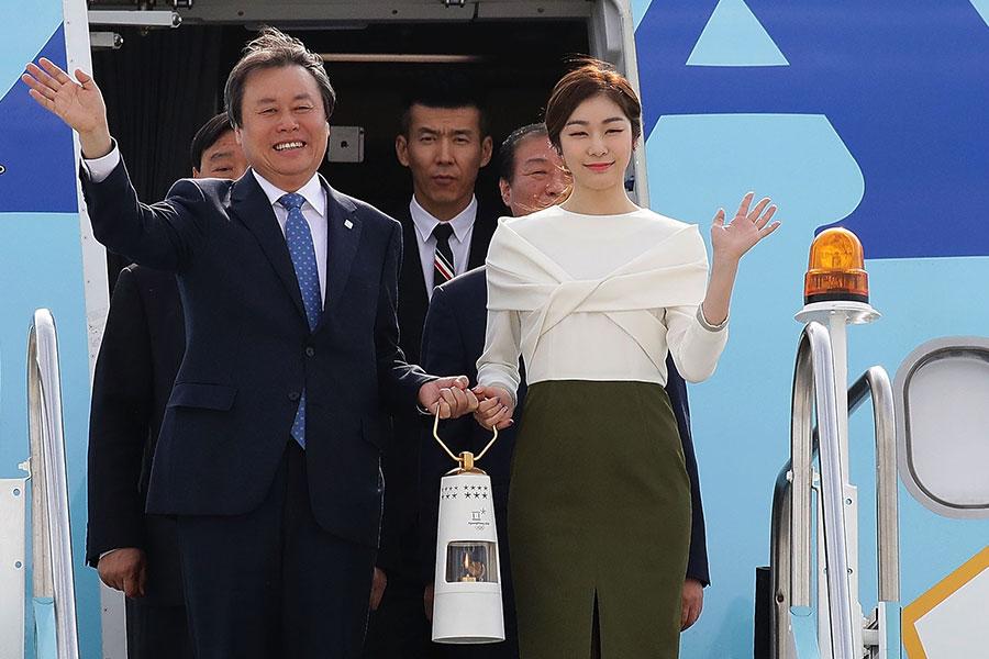 ギリシャで受け取った聖火を手に韓国に降り立つキム・ヨナ【写真:Getty Images】