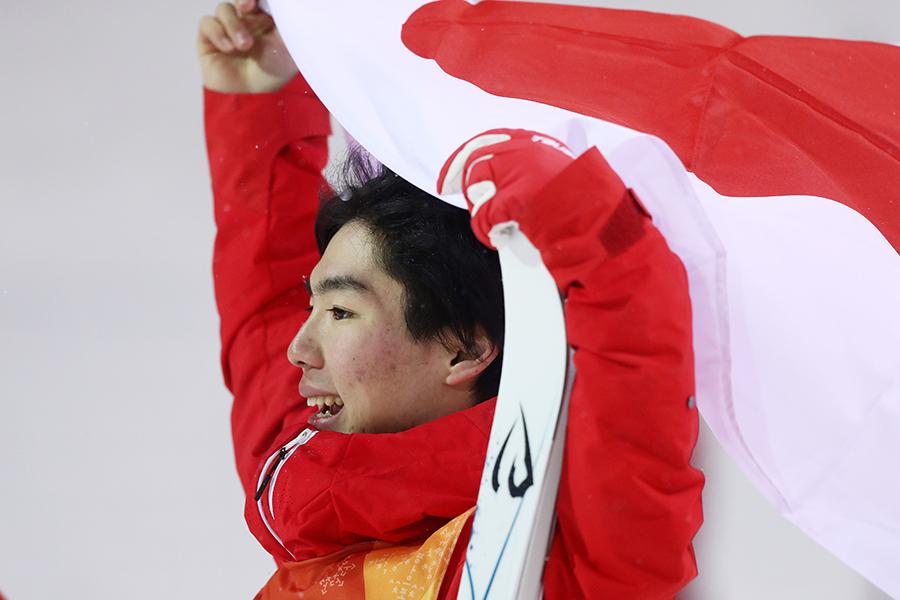 フリースタイルスキー男子モーグル決勝で日本勢1号となる銅メダルを獲得した原大智【写真:Getty Images】