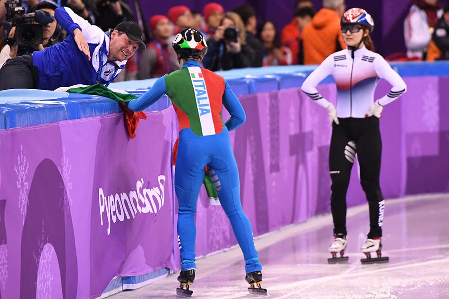 ショートトラック女子500メートルはフォンタナ(左)が金メダルを獲得、チェ・ミンジョンは失格に【写真:Getty Images】
