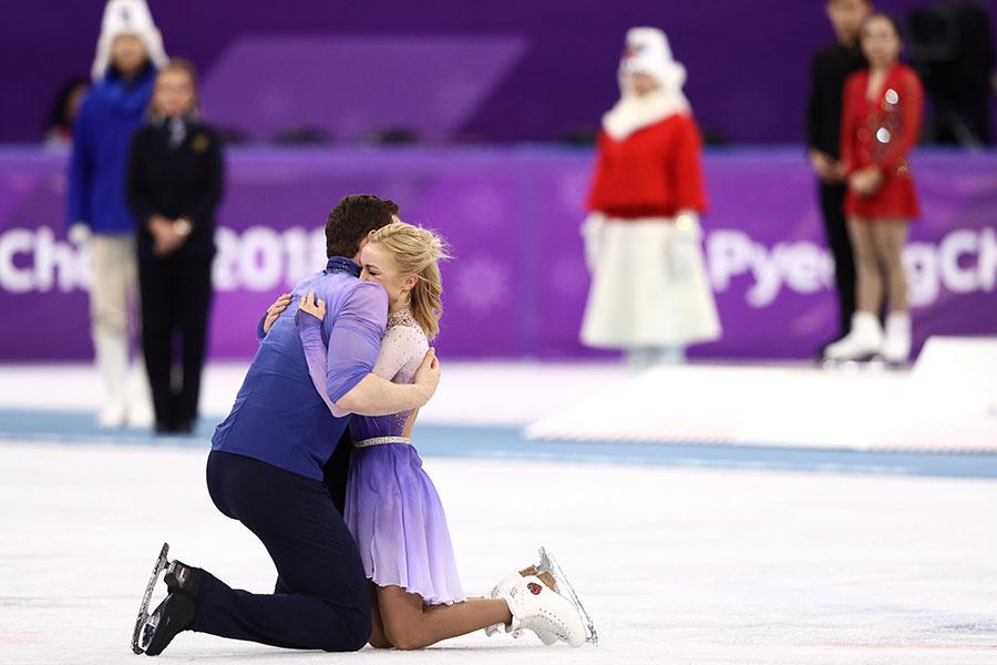 フィギュアスケートのペアで金メダルを獲得したドイツのアリョーナ・サブチェンコ、ブルーノ・マソ組は抱き合い喜ぶ【写真:Getty Images】