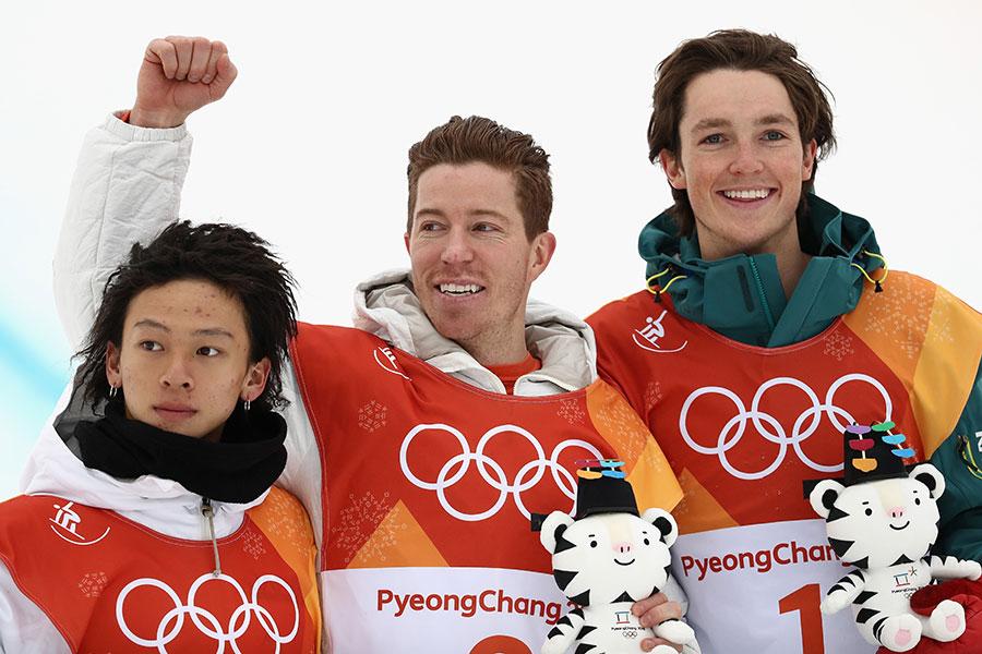 銀メダルを獲得した平野歩夢(左)と金のショーン・ホワイト(中央)、銅のスコッティ・ジェームス(右)【写真:Getty Images】
