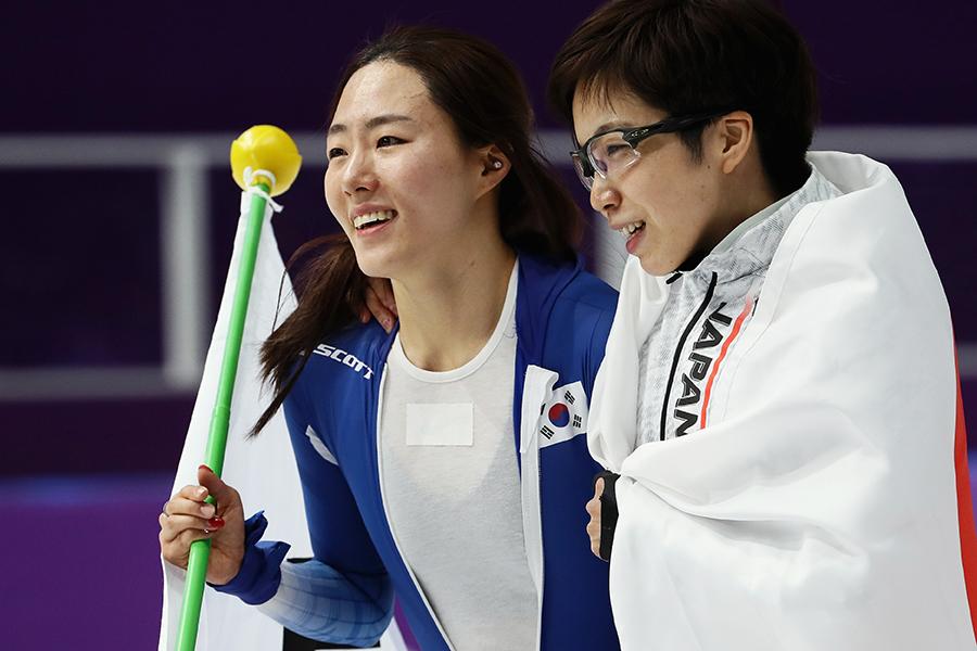 スピードスケート日本女子初の金メダルを獲得した小平奈緒(右)とイ・サンファ【写真:Getty Images】