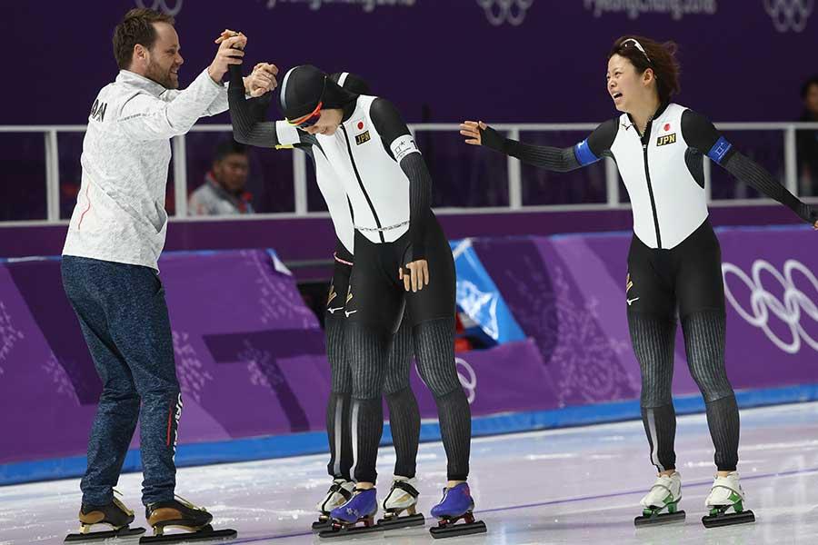 金メダルを獲得した女子パシュート日本代表【写真:Getty Images】