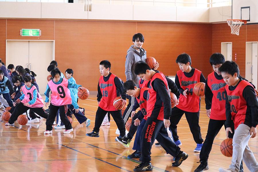 福島市内の松川小で行われた「東北『夢』応援プログラム」に出演した元日本代表・渡邉拓馬氏【写真:編集部】