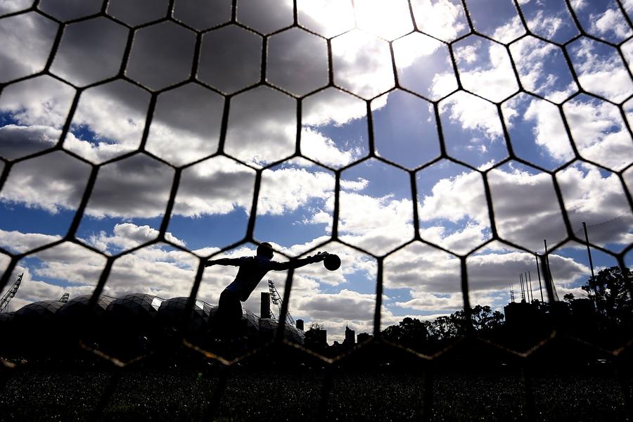 GKがバックパスをキャッチする勘違いから思わぬ悲劇が…【写真:Getty Images】