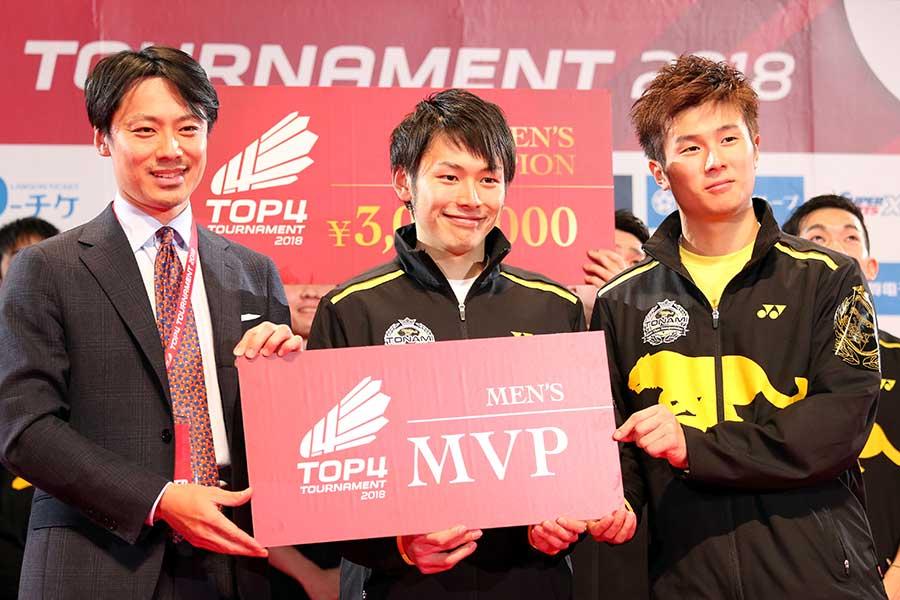 MVPを獲得した嘉村、小林組と大会アンバサダーの池田信太郎さん(左)【写真:平野貴也】