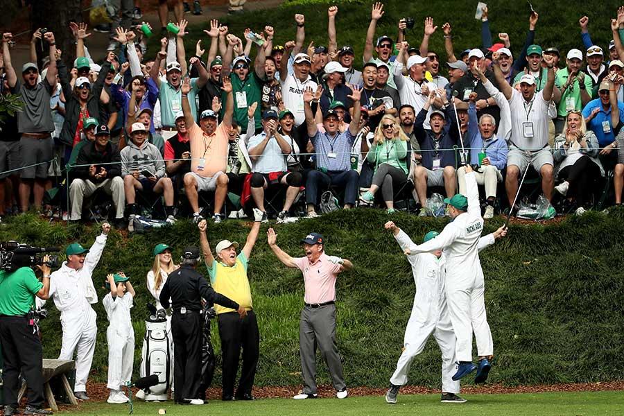 ホールインワンを達成し飛び上がる孫のゲイリー(下段右端)と、両手を挙げて喜ぶジャック・ニクラス(下段中央)【写真:Getty Images】