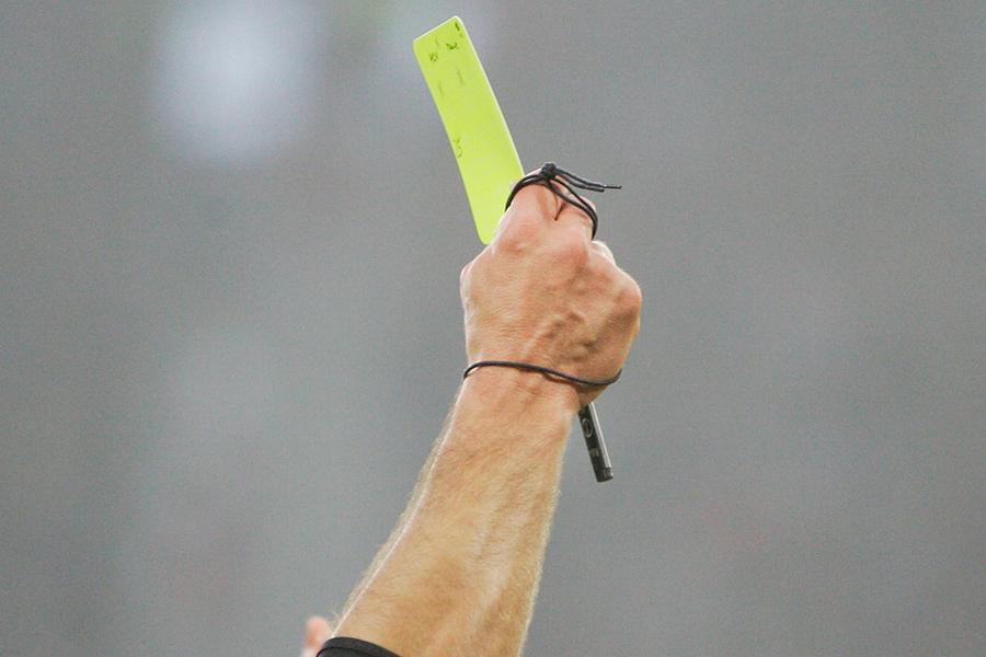 選手による主審へのイエローカード提示が話題に【写真:Getty Images】
