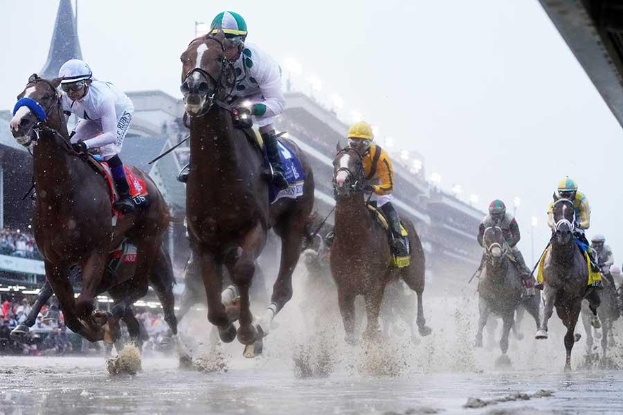 不良馬場の中で行われたケンタッキー・ダービー【写真:Getty Images】