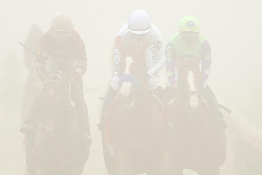 深い霧が立ち込める中で行われたプリークネスステークス【写真:Getty Images】