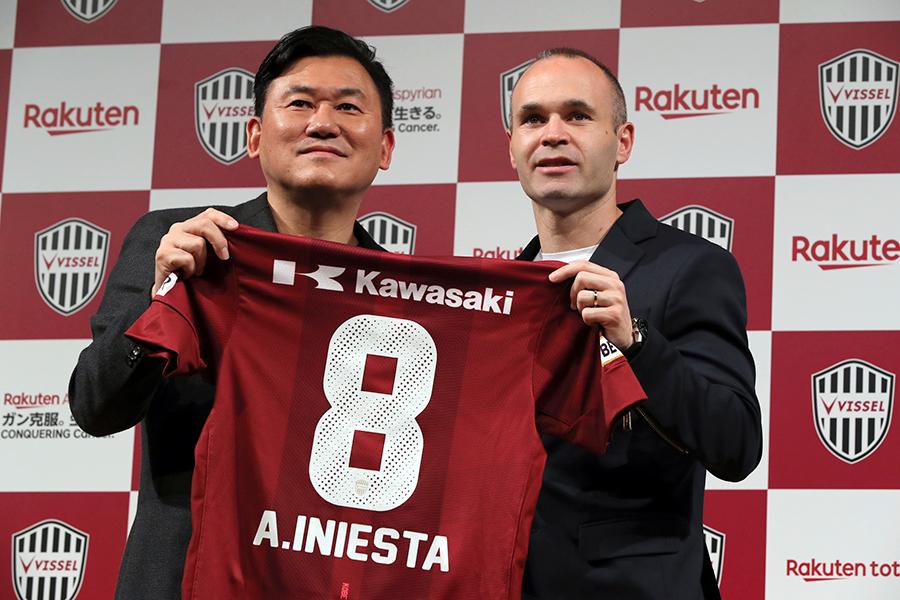 サッカーJ1の神戸への完全移籍を発表したイニエスタと三木谷オーナー【写真:AP】