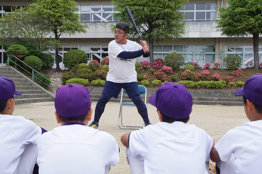 元プロ野球選手・亀山つとむ氏の鋭い打球に子供たちもお大喜び【写真:村上正広】