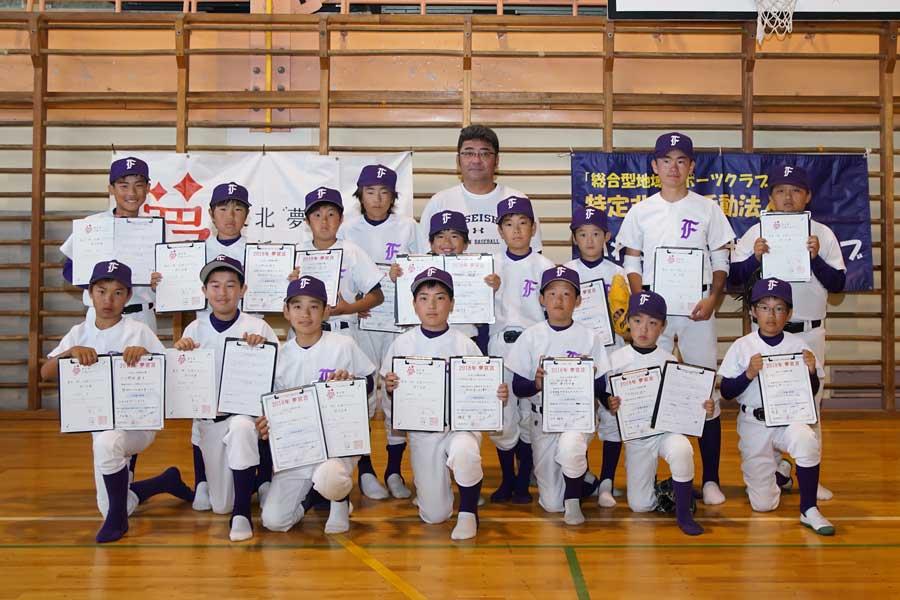 真剣な表情で語りかけた亀山氏と16人の野球少年達【写真:村上正広】