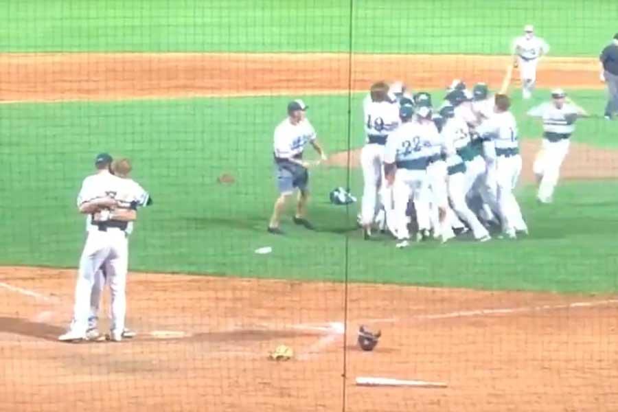 米高校野球で生まれた感動ドラマのシーン(画像はスクリーンショットです)