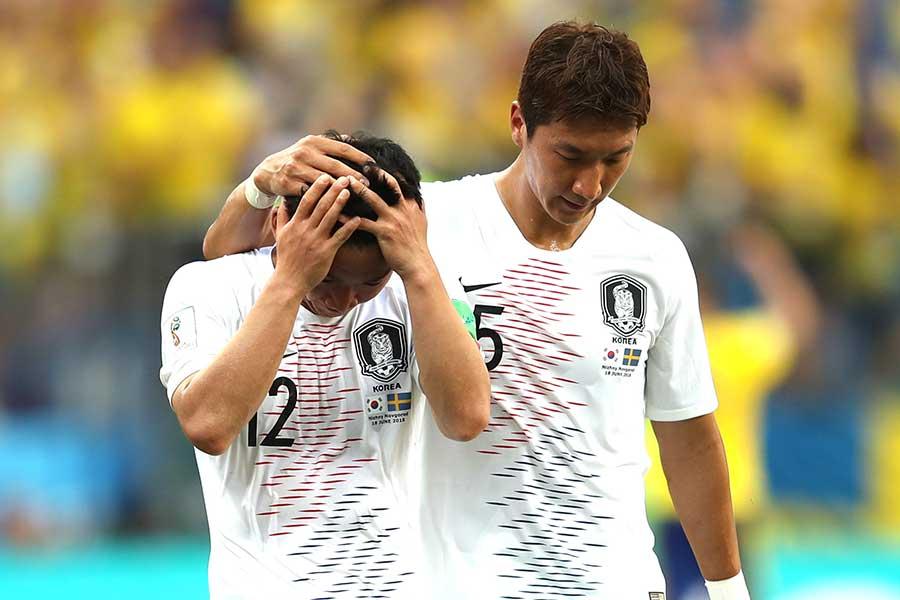 試合後、頭を抱えるキム・ミヌ【写真:Getty Images】
