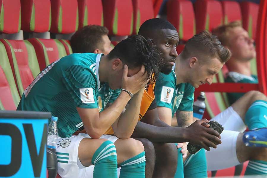 史上初のグループリーグ敗退に肩を落とすドイツ代表メンバー【写真:Getty Images】