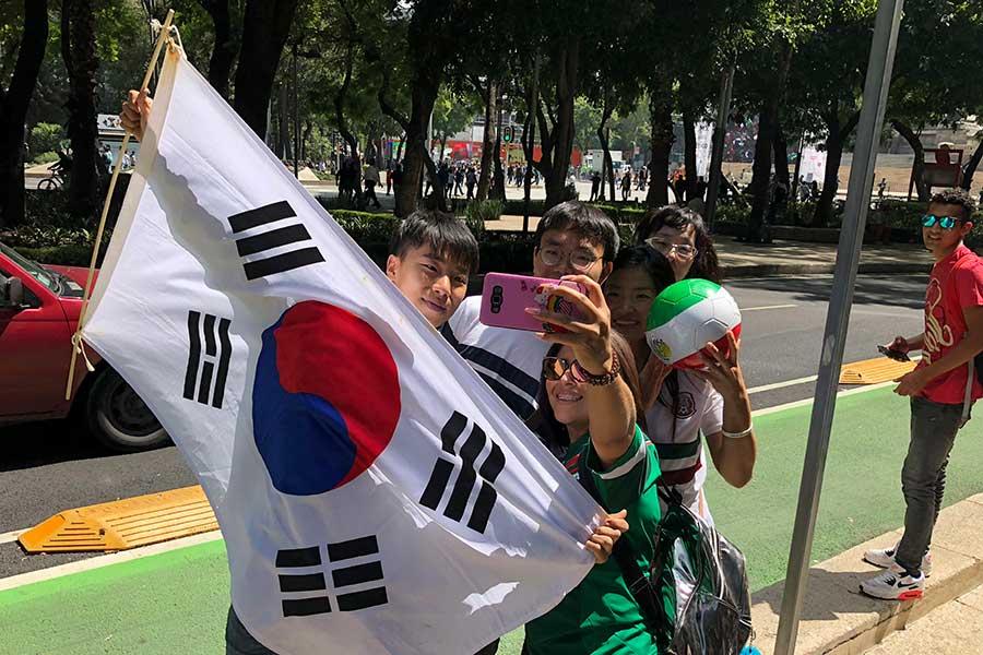 一緒に自撮りする韓国とメキシコのファンたち【写真:AP】