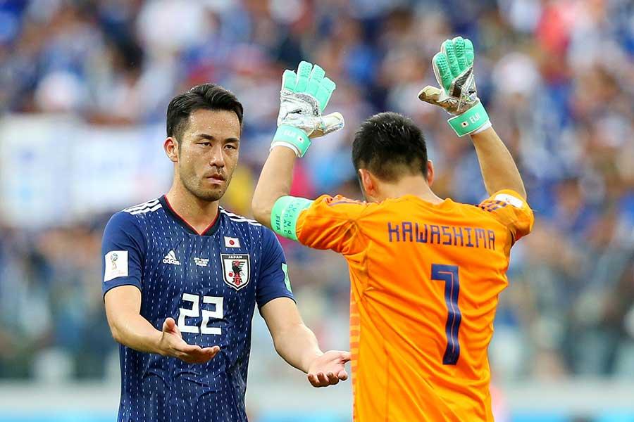 試合後にタッチをかわす吉田麻也と川島永嗣【写真:Getty Images】
