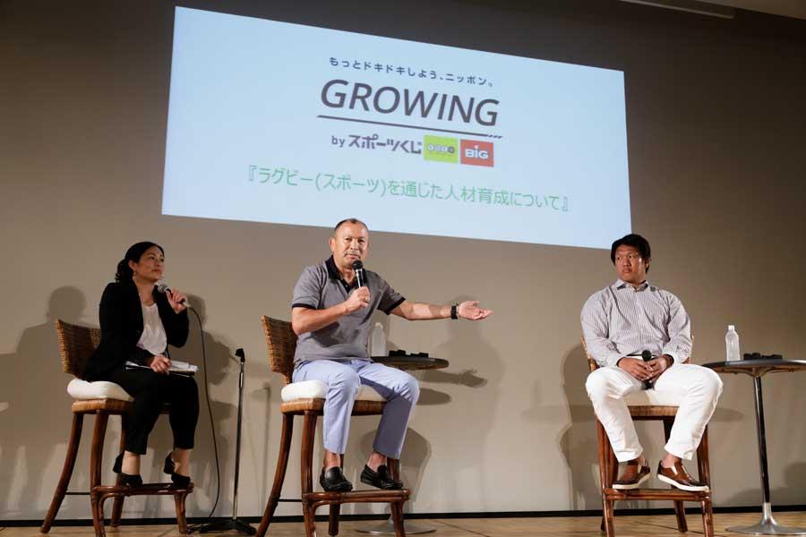 エディー・ジョーンズHCは教え子で11年W杯日本代表主将の菊谷崇氏とともに講演した【写真:松橋晶子】
