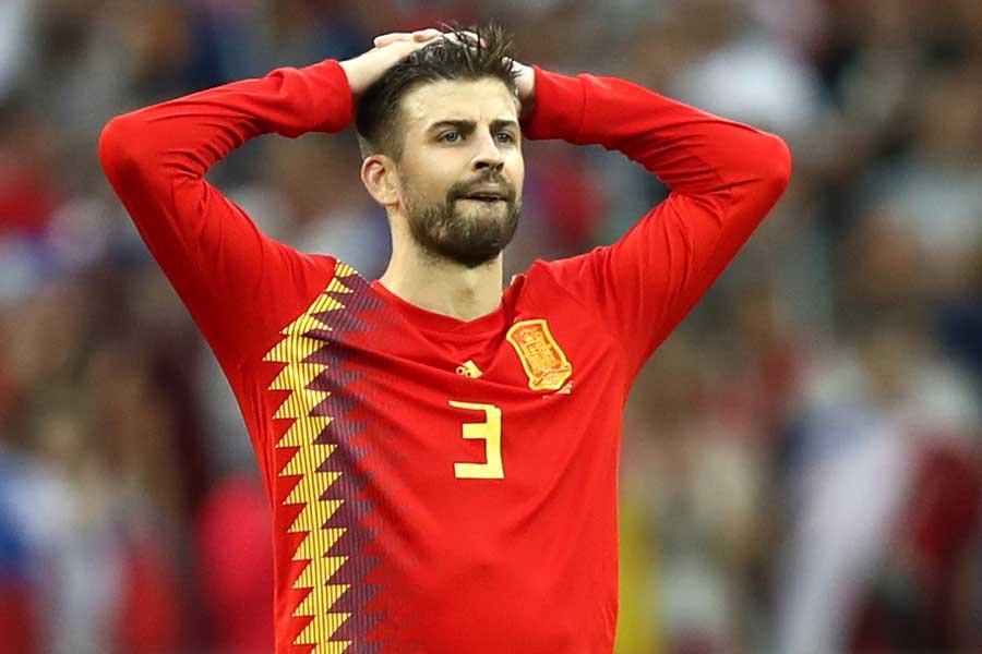 痛恨のPKを与えてしまったスペイン代表・ピケ【写真:Getty Images】