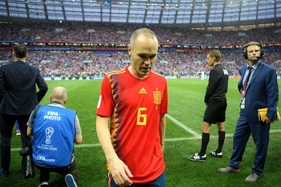 ロシア戦に敗れてスペイン代表に別れを告げる事になるイニエスタ【写真:Getty Images】