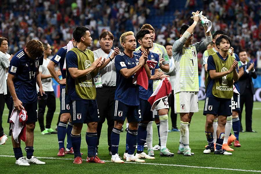 試合後にファンに挨拶をする日本代表メンバー【写真:Getty Images】