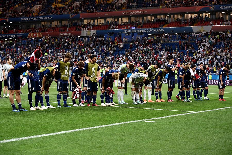 試合後、ファンに挨拶する日本代表【写真:Getty Images】