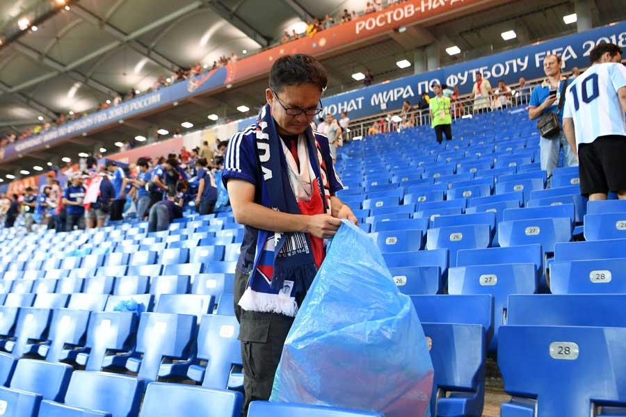 試合後にゴミ拾いをする日本サポーター【写真:Getty Images】