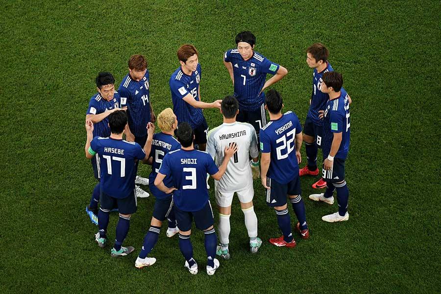 ベルギー戦の後半開始前に集まるサッカー日本代表【写真:Getty Images】