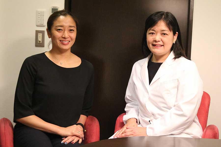元競泳代表の伊藤華英さん(左)と産婦人科医の江夏亜希子氏【写真:編集部】