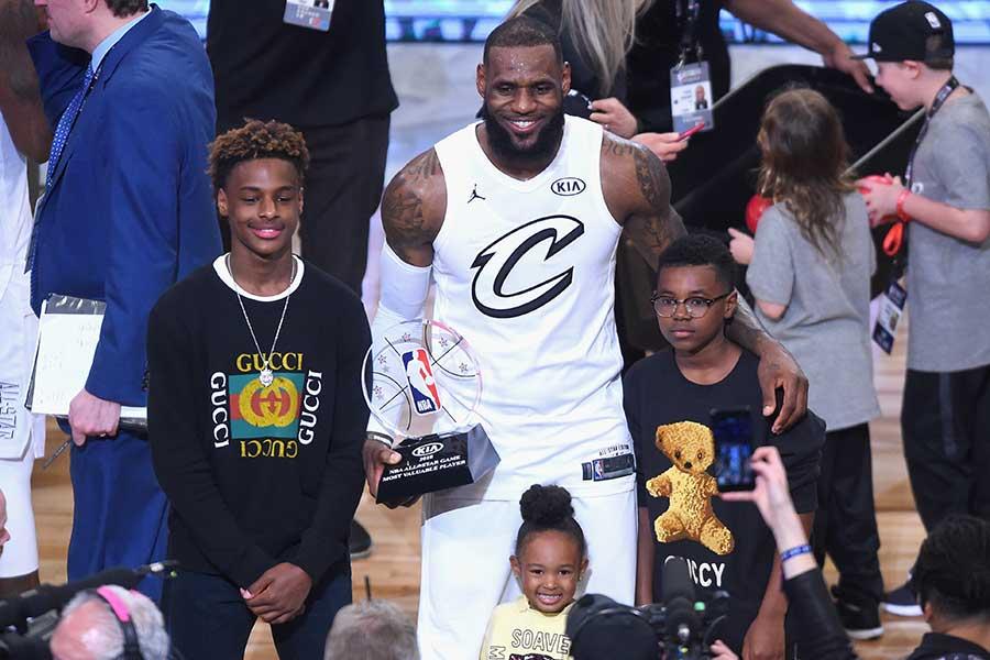 """ブロニー・ジェームズ(写真左)と彼の父親である""""ザ・キング""""レブロン・ジェームズ【写真:Getty Images】"""