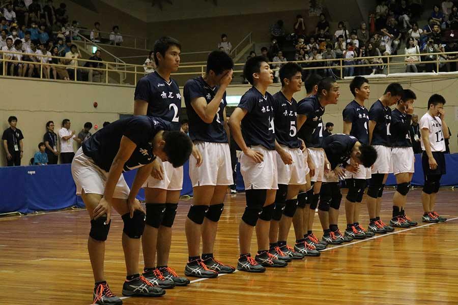 初Vを飾った市尼崎の選手たちは整列中にうれし泣き【写真:編集部】
