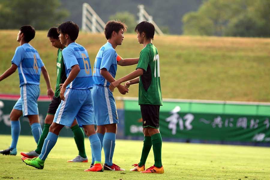 長時間にわたった試合を終えて健闘を称える両チームの選手【写真:平野貴也】