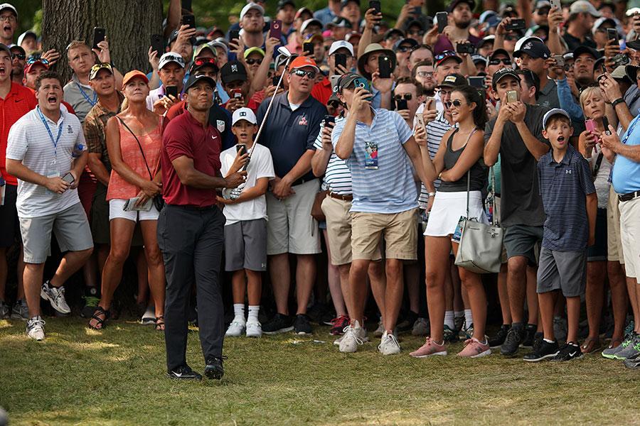 赤シャツと黒パンツで全盛期を彷彿とさせる「サンデー・チャージ」を演じたタイガー・ウッズ【写真:Getty Images】