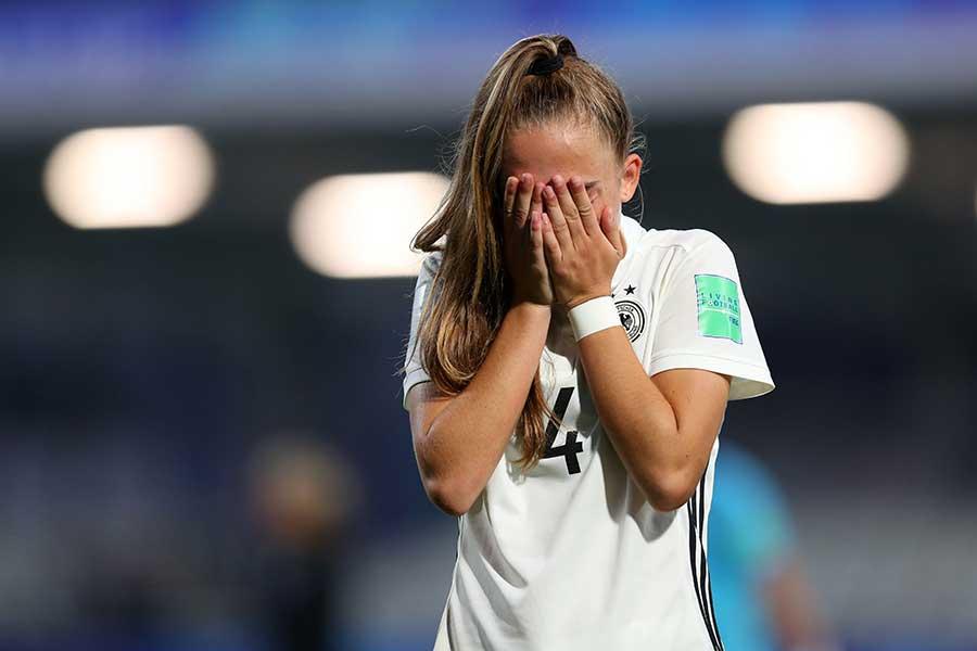 試合後に顔を手で覆うソフィア・クラインヘルネ【写真:Getty Images】