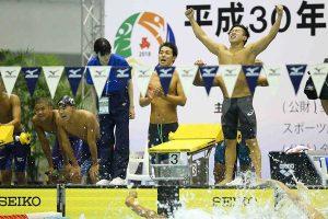 男子400メートルメドレーリレーを制した京都外大西(京都)【写真:荒川祐史】