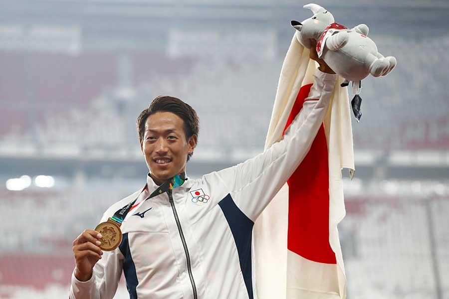 男子棒高跳びで金メダルを獲得した山本聖途【写真:AP】