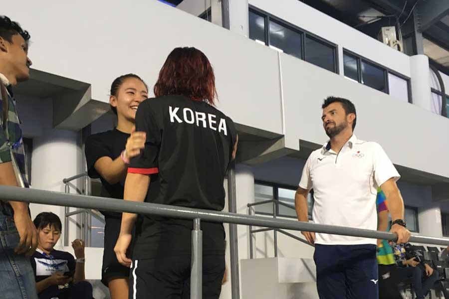抱擁を交わす瀬川選手(中央左)と金選手【写真:平野貴也】