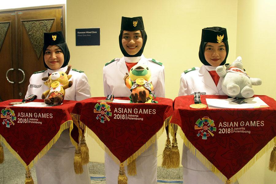 表彰式で選手に贈られる3種類のマスコット(左から鹿、鳥、サイ)【写真:平野貴也】