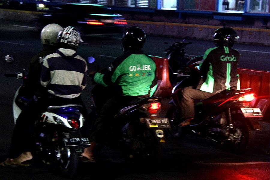ジャカルタは「Grab」(右)や「Go jek」(中央)など配車サービスが充実【写真:平野貴也】