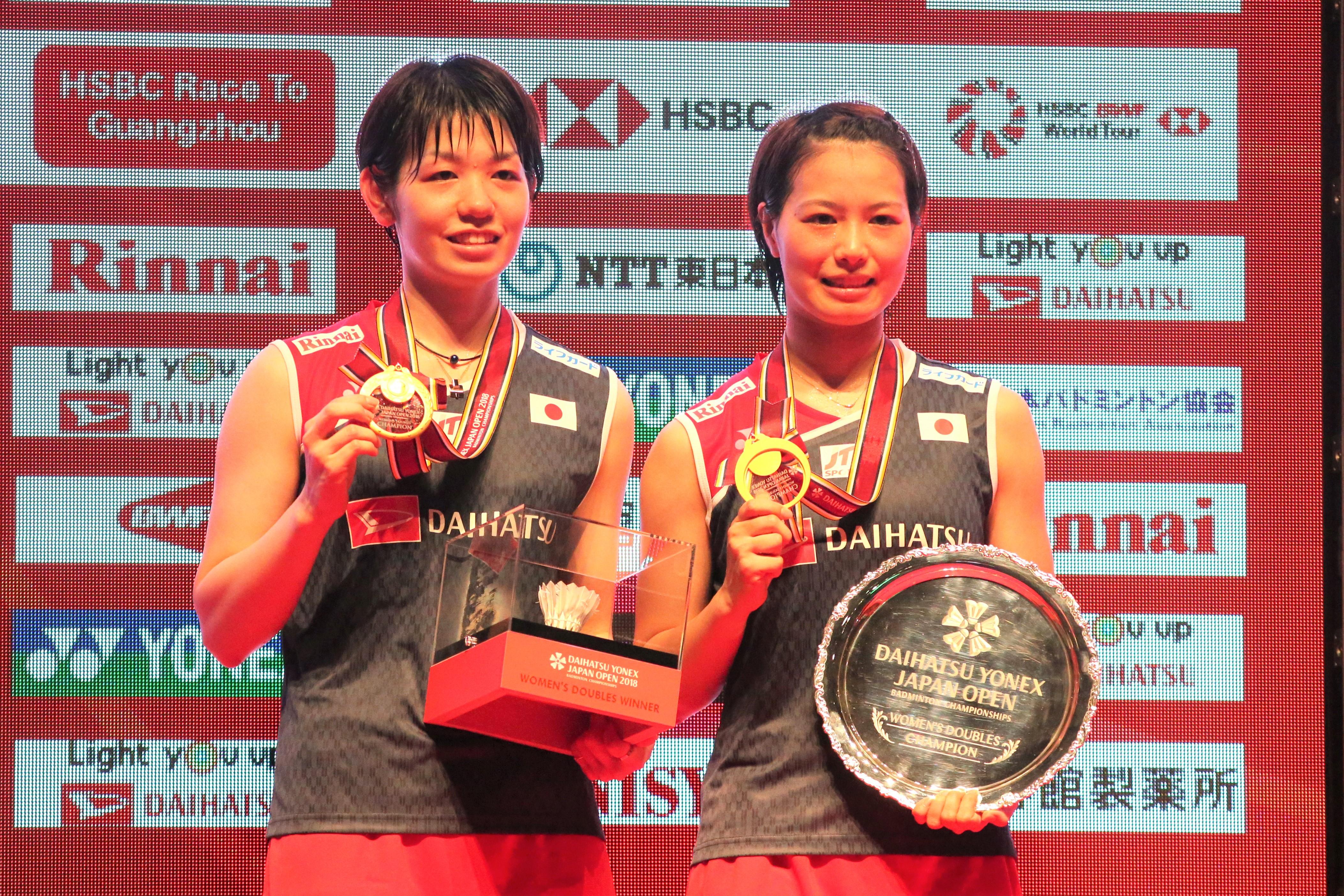 女子ダブルスで初優勝を飾った廣田(左)と福島【写真:平野貴也】