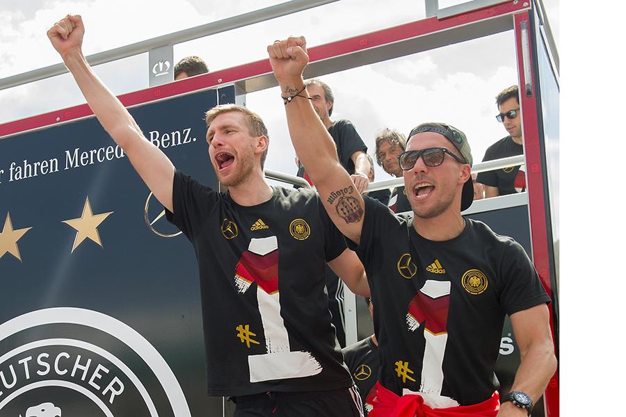 2014年W杯優勝を祝うポドルスキ(右)とメルテザッカー【写真:Getty Images】