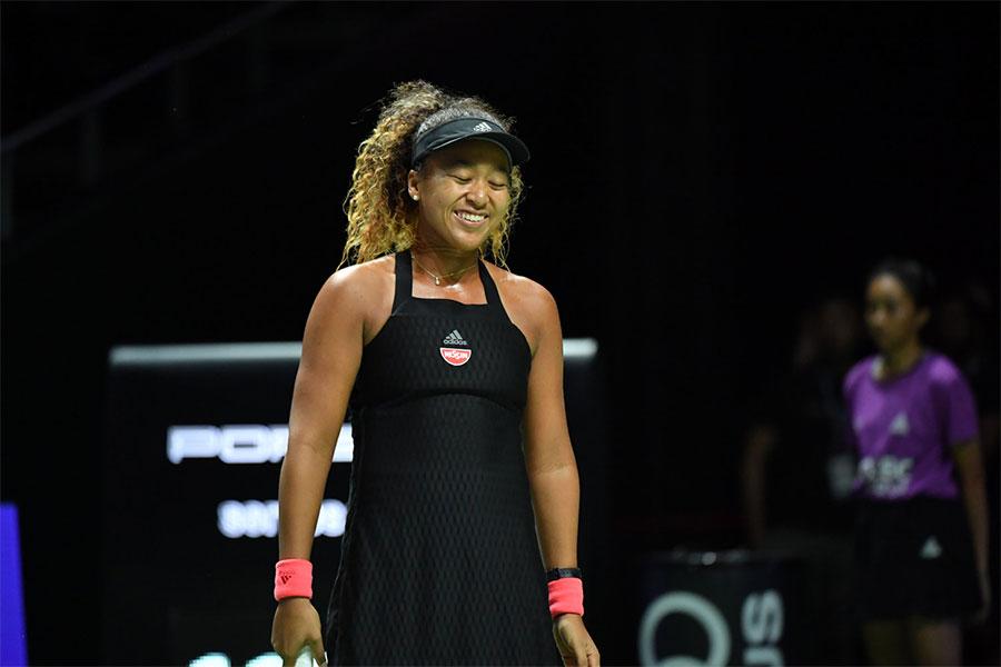 WTAファイナル初戦を戦った大坂なおみ、試合中にはクモがコートに乱入するハプニングも【写真:小林 靖】