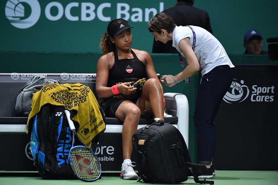 WTAファイナル3戦で左太もも負傷の影響で途中棄権した大坂【写真:小林 靖】
