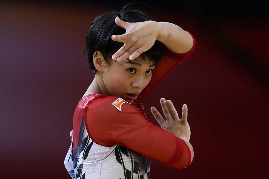 世界体操女子個人総合で銀メダルを獲得した村上【写真:Getty Images】
