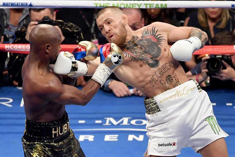 2017年8月に対戦したマクレガー(右)とメイウェザー【写真:Getty Images】