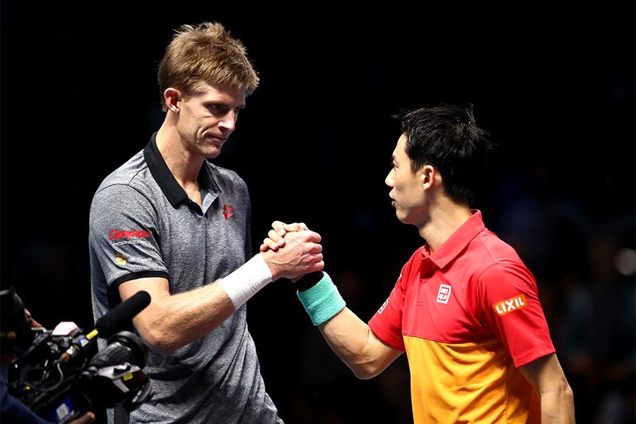 「Nitto ATPファイナルズ」1次リーグ第2戦で対戦したケビン・アンダーソン(左)と錦織圭【写真:Getty Images】