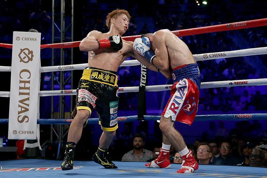 井上(左)は昨年9月にニエベスを6回TKOで下した【写真:Getty Images】